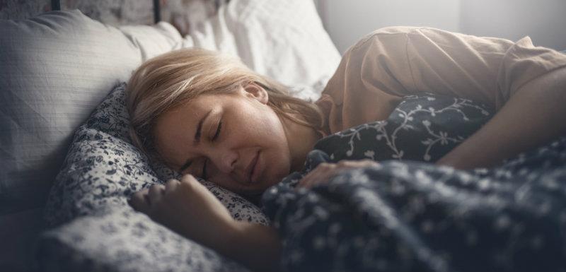 Attractive femme blonde qui dort paisiblement pour prévoir la perte osseuse