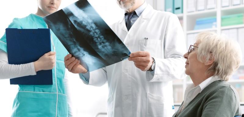 Deux professionnels de santé consultent la radio d'une patiente